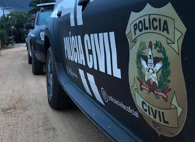 #Pracegover Foto: na imagem há duas viaturas da Polícia Civil