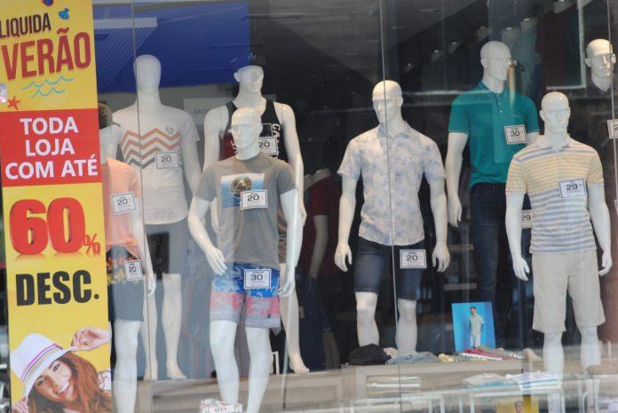 #Pracegover Foto: na imagem há uma vitrine com diversos manequins com roupas de verão