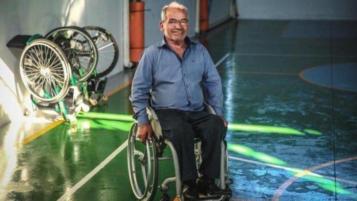 #Pracegover Na foto, Zezinho sobre uma cadeira de rodas