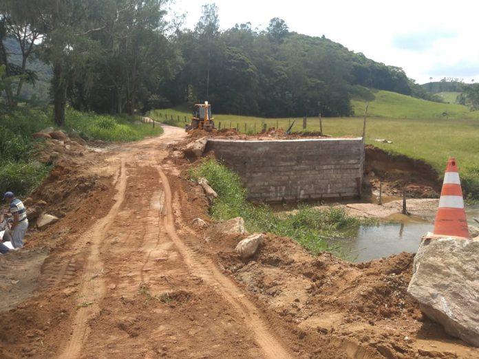 #Pracegover Foto: na imagem há uma ponte em construção, estrada e água