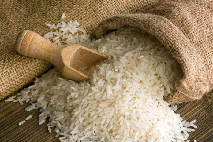 #Pracegover Foto: na imagem há um utensílio doméstico, arroz e um saco
