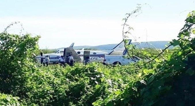 #Pracegover Foto: na imgem há uma aeronave e muito mato