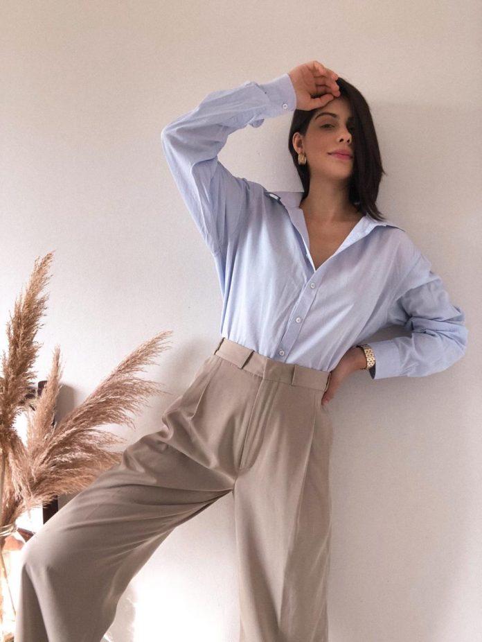 #Pracegover Foto: na imagem há uma mulher de camisa azul e calça