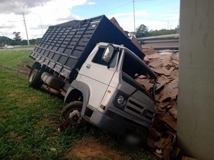 #Pracegover Foto: na imagem há um caminhão tombado e papelões