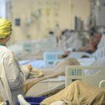 #pracegover Na foto, imagem de um hospital de Florianópolis com pacientes graves à espera de um leito de UTI