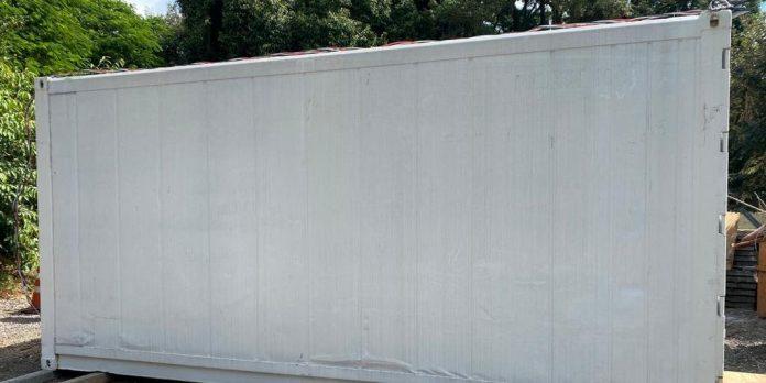 #Pracegover Foto: na imagem há um contêiner branco