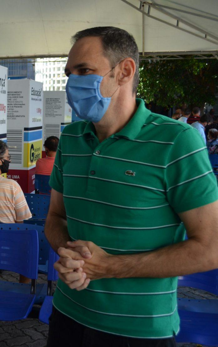 #Pracegover Foto: na imagem há um homem de camisa verde e máscara azul