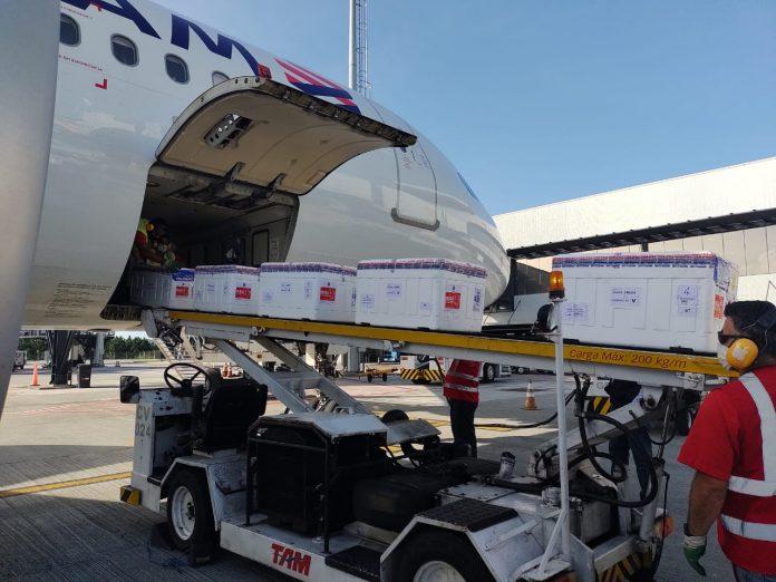 #Pracegover Foto: na imagem há uma aeronave, uma pessoa e caixas