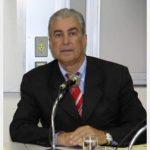 #Pracegover Foto: na imagem á um homem com cabelo grisalho e de terno