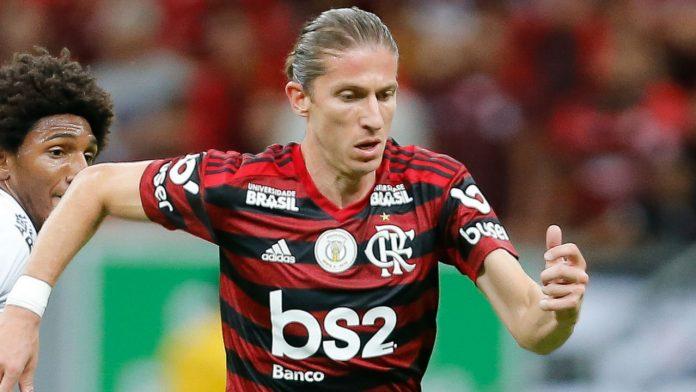#Pracegover Foto: na imagem há dois jogadores, o da frente com a camisa do Flamengo é Filipe Luís