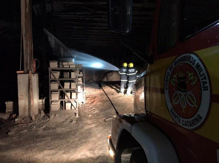 #Pracegover Foto: na imagem há profissionais do Corpo de Bombeiros, um veículo da corporação e uma estrutura