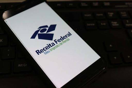 #Pracegover Foto: na imagem há um celular e um teclado de computador