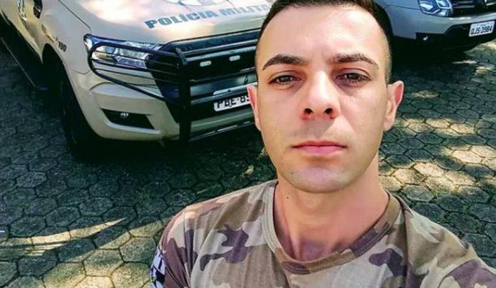 #Pracegover Foto: na imagem há um homem, policial e uma viatura