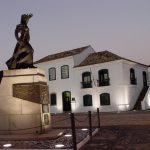 #Pracegover Foto: na imagem há um edifício e uma estátua de Anita