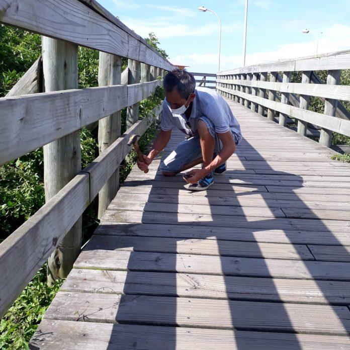 #Praegover Foto: na imagem há um homem e uma estrutura de madeira