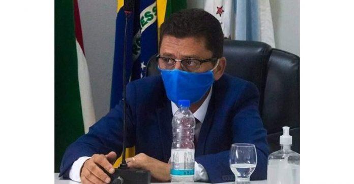 #pracegover Na foto, Handerson aparece usando máscara durante sessão da Câmara
