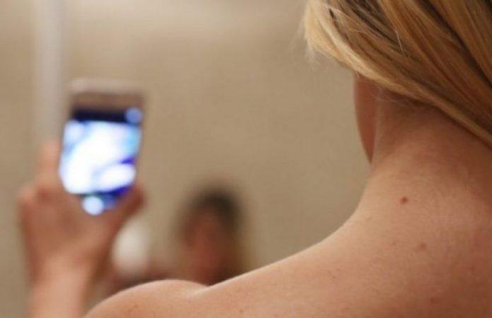 #Pracegover Foto: na imagem há uma pessoa segurando um celular