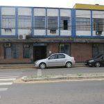 #pracegover Na foto, a fachada da prefeitura de Jaguaruna e carros estacionados em frente
