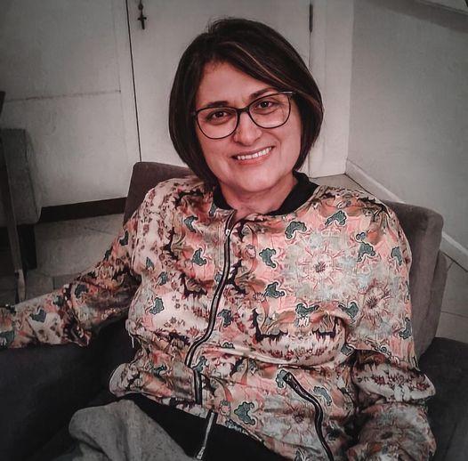 #Pracegover foto: na imagem há uma mulher com a roupa estampada, de óculos e sorridente