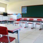 #Pracegover Foto: na imagem há um quadro, mesas e cadeiras