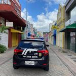#Pracegover Foto: na imagem há uma viatura da polícia civil e vários edifícios