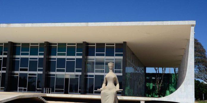 #Pracegover Foto: na imagem há o prédio do STF e uma estátua