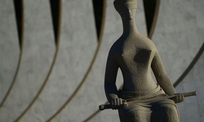 #Pracegover Foto: na imagem há uma estátua