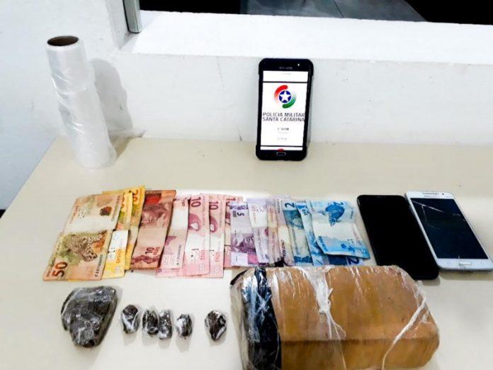#Pracegover Foto: na imagem há dinheiro, celulares e entorpecentes