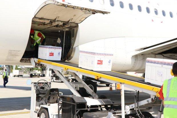#Pracegover Foto: na imagem há uma aeronave, caixas e uma pessoa