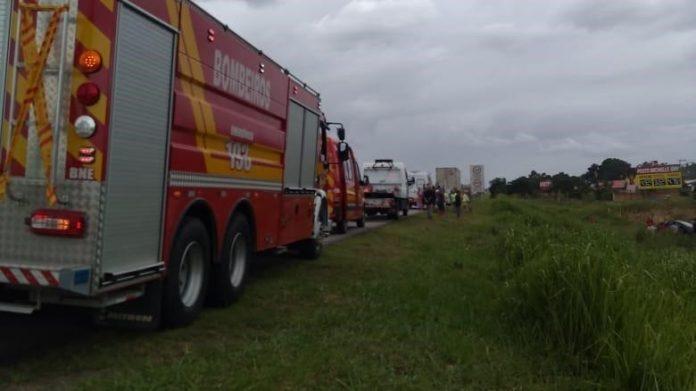 #Pracegover Na foto, caminhão dos Bombeiros durante resgate das vítimas em Imbituba