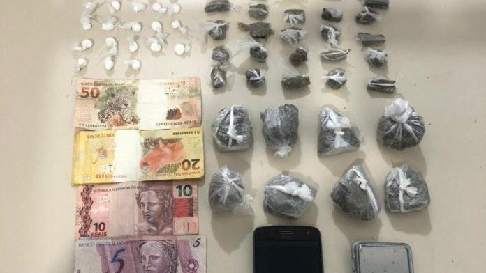 #Pracegover Na foto, uma mesa com drogas, dinheiro e celulares