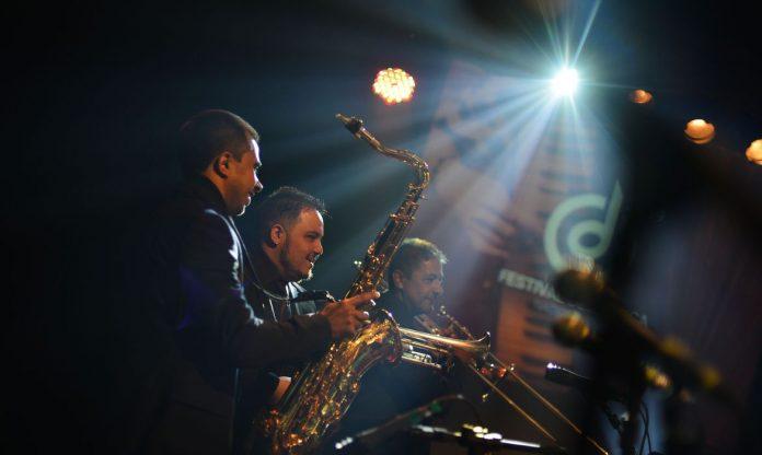 #pracegover Na foto, músicos durante apresentação em um palco