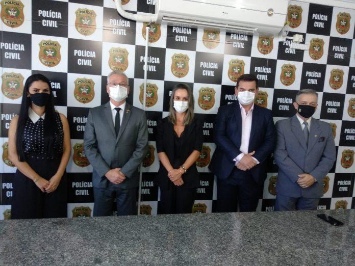 #pracegover Na foto, delegados aparecem usando máscara