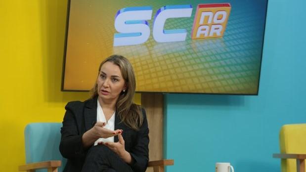 #Pracegover Na foto, Daniela Reinehr durante entrevista em um estúdio