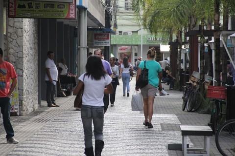 #Pracegover Na foto, pessoas caminhando no Calçadão de Tubarão
