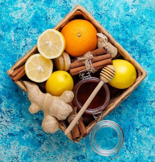#pracegover Na foto, uma cesta cheia de frutas