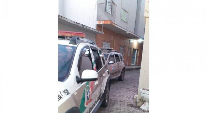 #pracegover Na foto, viaturas da Polícia Militar durante a operação