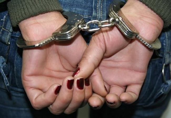 #Pracegover Na foto, mulher com as mãos algemadas