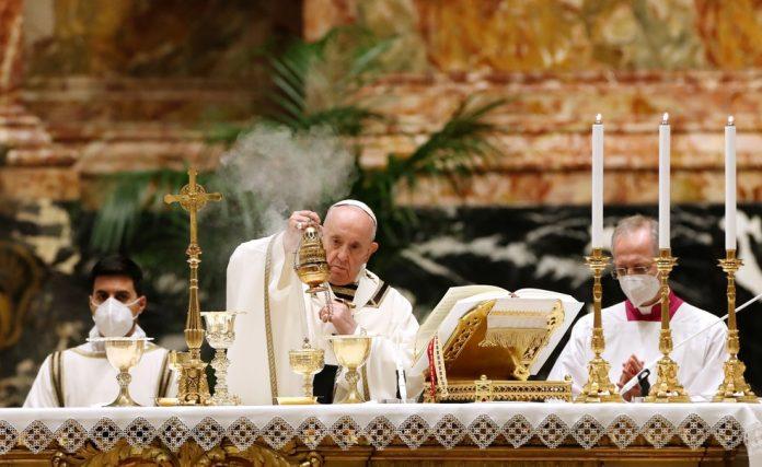 #pracegover Na foto, Papa durante a Vigília de Páscoa