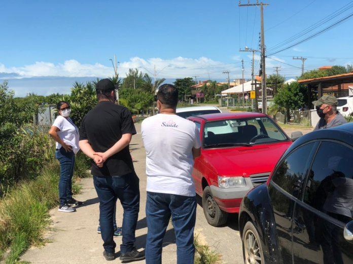 #Pracegover Foto: na imagem há veículos, pessoas e mato