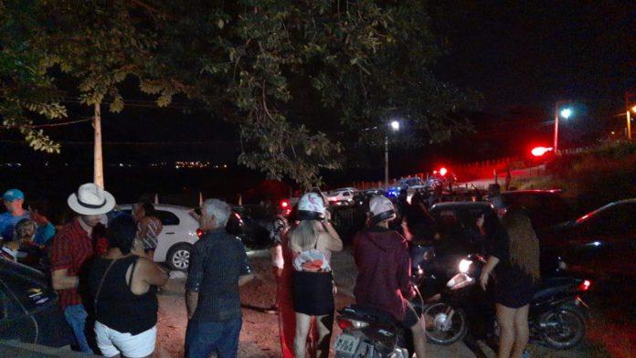 #Pracegover Na foto, pessoas aglomeradas em uma festa noturna ao ar livre