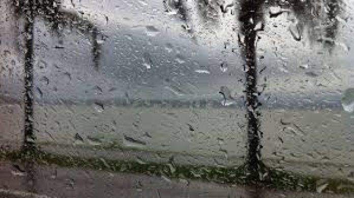 #Pracegover Na foto, pingos de chuva na janela de um carro deixam a paisagem ao fundo desfocada: o mar e árvores