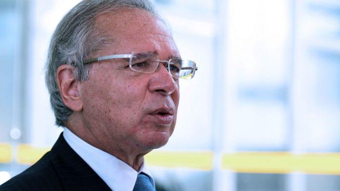 #Pracegover Na foto, Guedes aparece durante discurso