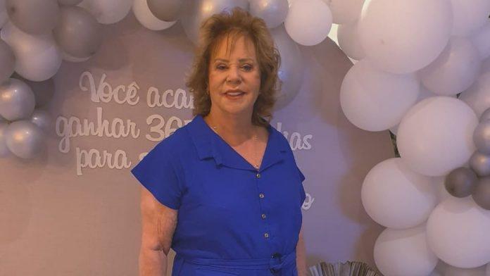 #pracegover Na foto, Dona Guiomar aparece usando um vestido azul e sorrindo