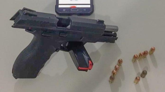 #Pracegover Na foto, arma e munições apreendidas