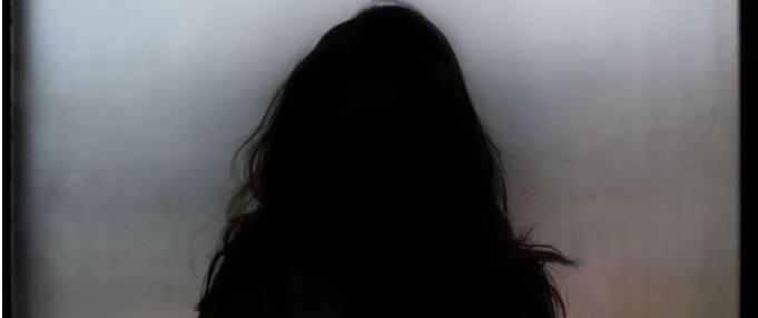 #pracegover Na foto, silhueta de uma adolescente com cabelo comprido