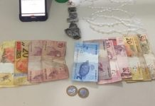 #Pracegover Na foto, dinheiro e drogas apreendidos