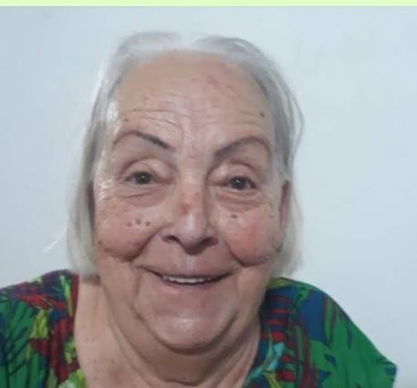 #Pracegover Foto: na imagem há uma idosa sorrindo