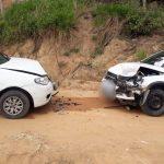 #Pracegover Na foto, dois carros com as frentes destruídas