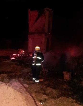 #pracegover Na foto, um bombeiro aparece apgando o incêndio